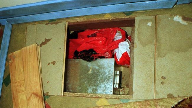 ภาพเงินสดในกล่องโลหะและในถุงพลาสติกที่พบซุกซ่อนอยู่ใต้พื้นห้องนอนในบ้านย่าน Kilburn : ภาพจากนสพ. Advertiser ต้นฉบับตำรวจรัฐเซาท์ออสเตรเลีย