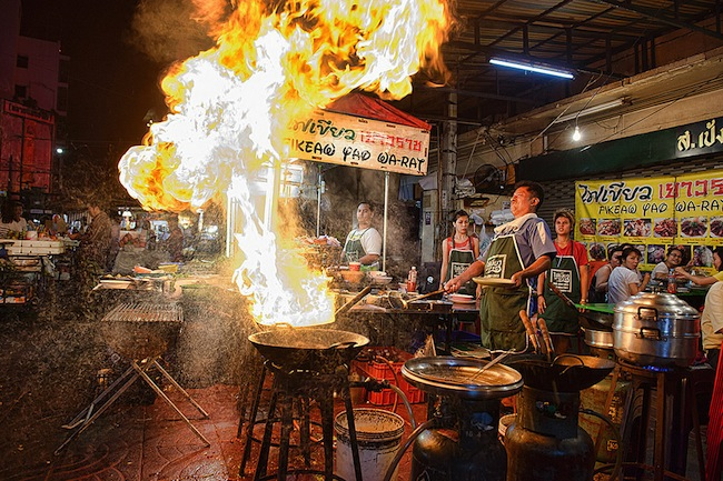 ถนนอาหารเยาวราช กรุงเทพฯ เป็นหนึ่งในที่กินที่นักท่องเที่ยวไม่ควรพลาด : ภาพชั่วคราวจาก 10Best.com