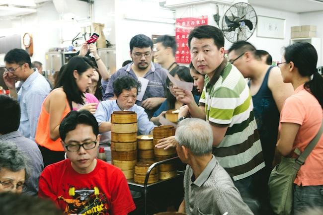 ร้่านอาหาร Lin Heung ขายดีขนาดพนักงานเข็นอาหารแค่ออกจากครัวก็ถูกลูกค้าดักรอแย้งกันแล้ว : ภาพจาก mymnameisyeh.com