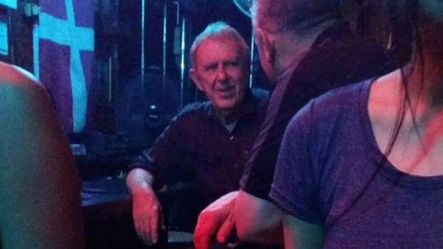 นาย Guido James Eglitis ขณะอยู่ในบาร์ N'Joy ในกรุงเทพฯ : ภาพจาก bunburymail.com.au