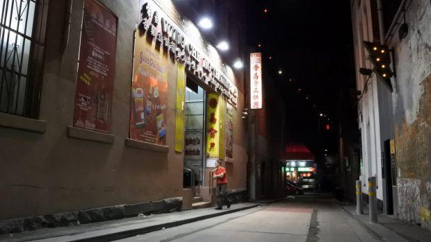 จุดเกิดเหตุที่เด็กนักเรียนจีนถูกทำร้ายที่ตรอก La Trobe Pl. ของถนน Little Bourke St. ติดกับไซน่าทาวน์ : ภาพชั่วคราวจากนสพ. the Age