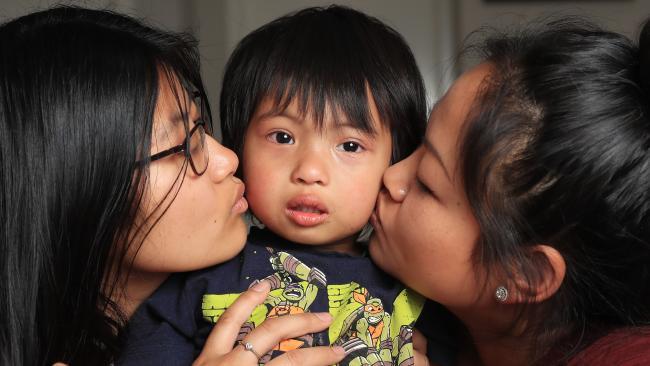 น.ส. Angel Touch วัย 16 ปี, ด.ช. Fyta Touch วัย 2 ขวบและน.ส. Angel Touch วัย16 ปีบุตรของนาง Phalla Kim Neary Khmer : ภาพจากหนังสือพิมพ์ Herald Sun