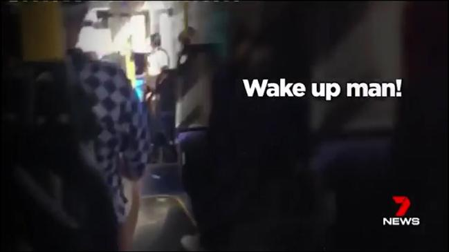 คลิปวีดีโอเหตุการณ์บนรถประจำทางที่ข่าว 7 News นำมาเปิดเผย : ภาพจากทีวี 7 News (2016-11-24 Adelaide woman3)