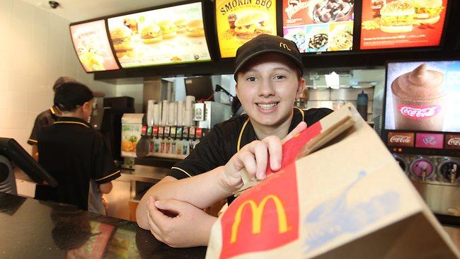 เยาวชนทำงานที่ McDonald's : ภาพจากนสพ. The Courier Mail