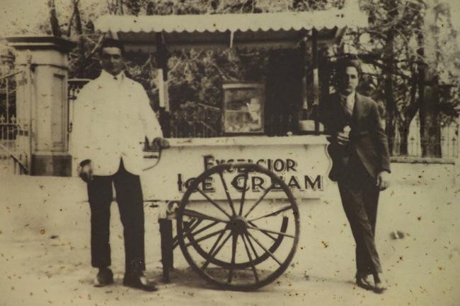 นาย จิโอแวนนี พาตริติ (คนซ้าย) ขายไอศกรีมที่แอดิเลค-โบตานิกการ์เดนในปี ๑๙๒๕