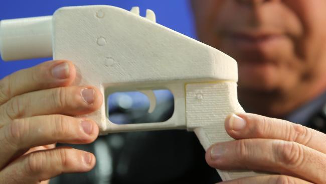 ปืนพลาสติก Liberator พิมพ์จากพรินเตอร์ 3D ที่สารวัตรนักสืบ Wayne Hoffman จากตำรวจรัฐน.ซ.ว.ประกอบขึ้นจากการดาวน์โหลดวิธีทำมาจากอินเทอร์เนท เป็นคนละแบบกับที่ยึดได้ในรัฐแทสมาเนีย : ภาพจากนสพ. The Mercury News
