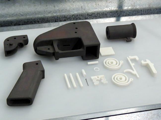 ชิ้นส่วนของปืนพลาสติก Liberator ที่พิมพ์ออกมาจากพรินเตอร์ 3D ซึ่งตำรวจรัฐน.ซ.ว.ลองประกอบดูพบว่าสามารถทำได้ง่ายมาก : ภาพจาก news.com.au