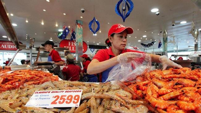 กุ้งราคา 25.99 เหรียญต่อกก.ที่ Fish Market คาดว่าจะกลายเป็น 50.99 เหรียญต่อก.ก.ในช่วงคริสต์มาสนี้ : ภาพจากนสพ. The Telegraph