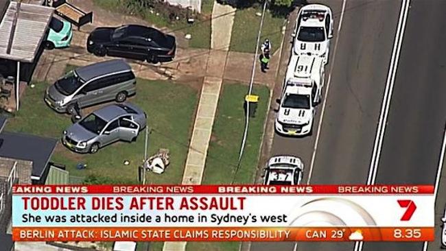 รถตำรวจที่หน้าบ้านที่เกิดเหตุถนน Marian St. ในย่าน Guildford : ภาพจากข่าว 7 News