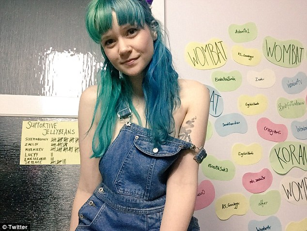 Heidi ทำงานในห้องนอนของเธอ : ภาพจากนสพ. Daily Mail