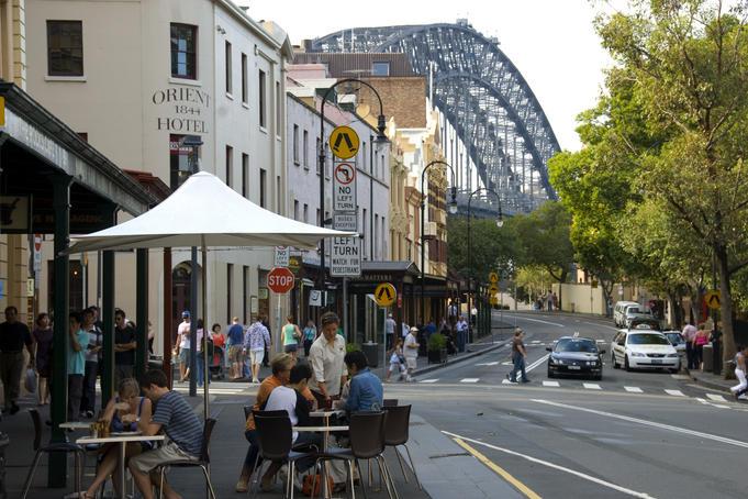 การกินอาหารริมถนนนอกร้านและขวางทางคนเดินกำลังเป็นที่นิยมตามนครหลวงต่าง ๆ ของออสเตรเลีย : ภาพชั่วคราวจาก pinterest.com