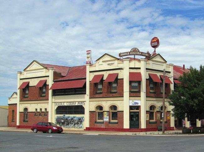ผับ The Doodle Cooma Arms Hotel ในเมือง Henty รัฐน.ซ.ว. : ภาพจาก mapio.net