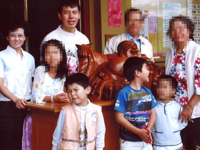นาย Min Lin, นาง Lily Lin, ด.ช. Henry และด.ช. Terry สี่ในห้าเหยื่อฆ่ายกครัว : ภาพจากนสพ. Telegraph ไม่ทราบต้นฉบับ