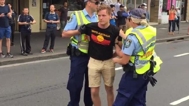 ผู้ประท้วงที่ถูกตำรวจจับใส่กุญแจมือ : ภาพชั่วคราวจากนสพ. Herald Sun