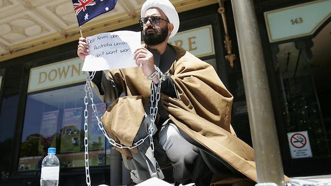 นาย Man Haron Monis ขณะกำลังประท้วงที่หน้าศาล Downing Centre ในเดือนสิงหาคมในสมัยที่นาย Kevin Rudd เป็นนายกรัฐมนตรี (ค.ศ. 2007-2010) : ภาพจากสำนักข่าว SBS