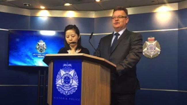 สารวัตรนักสืบ Stephen Wilson และล่ามแปลภาษาจีนกลางในขณะแถลงข่าว : ภาพจากสำนักงานตำรวจรัฐวิกตอเรีย