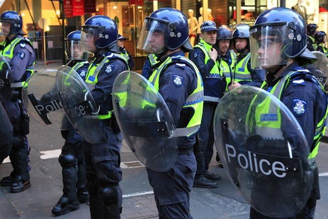 ตำรวจปราบจลาจลรัฐวิกตอเรียมีความพร้อมสรรพ แต่เอาไม่อยู่เพราะบทลงโทษอ่อน จับแล้วก็ปล่อยบ่อย ๆ : ภาพจาก SBS