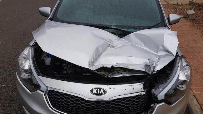 รถยนต์ KIA ที่ได้รับความเสียหายหลังจากถูกคนร้ายโยนหินใส่ในขณะขับรถผ่านใต้ถนนต่างระดับ : ภาพชั่วคราวจากนสพ. The Advertiser