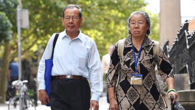 นาง Feng Qing Zhu และนาย Yang Fei Lin ผู้เป็นมารดาและบิดาของนาง Kathy Lin และนาย Min Lin : ภาพชั่วคราวจากนสพ. The Telegraph