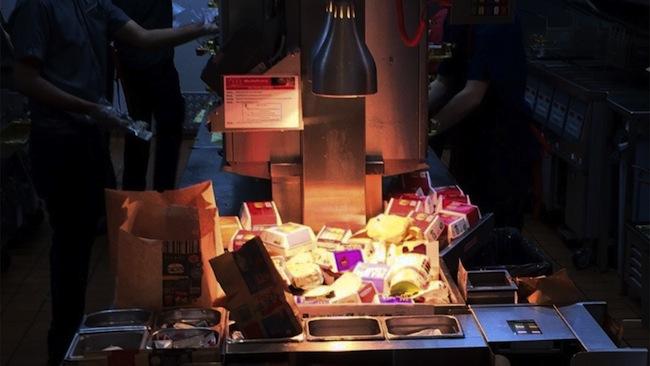 สภาพภายในพื้นที่ทำอาหารของร้าน McDonald's สาขา Stanmore อยู่ในสภาพไม่สะอาด มีความยุ่งเหยิงขาดการจัดการที่ดี : ภาพจาก 7 News ต้นฉบับทวิตเตอร์