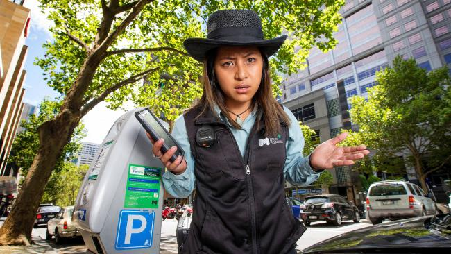 เจ้าหน้าที่ตรวจการจอดรถของเทศบาล City of Melbourne : ภาพจากนสพ. Herald Sun