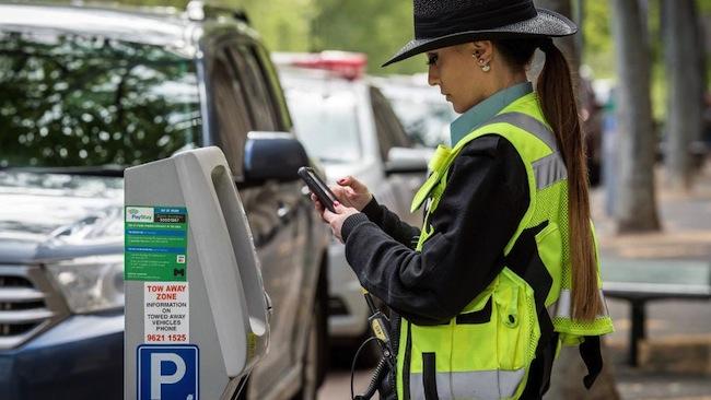 เจ้าหน้าที่ตรวจการจอดรถของเทศบาล City of Melbourne และมิเตอร์จอดรถ : ภาพจากนสพ. Herald Sun