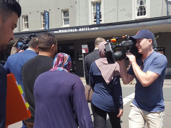 นาง Rebecca Khodragha (ผ้าคลุมศีรษะลาย) ขณะเดินออกจากศาลแขวง Parramatta : ภาพจากนสพ. SMH ต้นฉบับนสพ. Canterbury-Bankstown Express