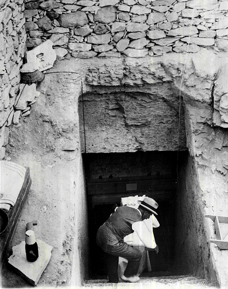 howard-carter-at-king-tuts-tomb