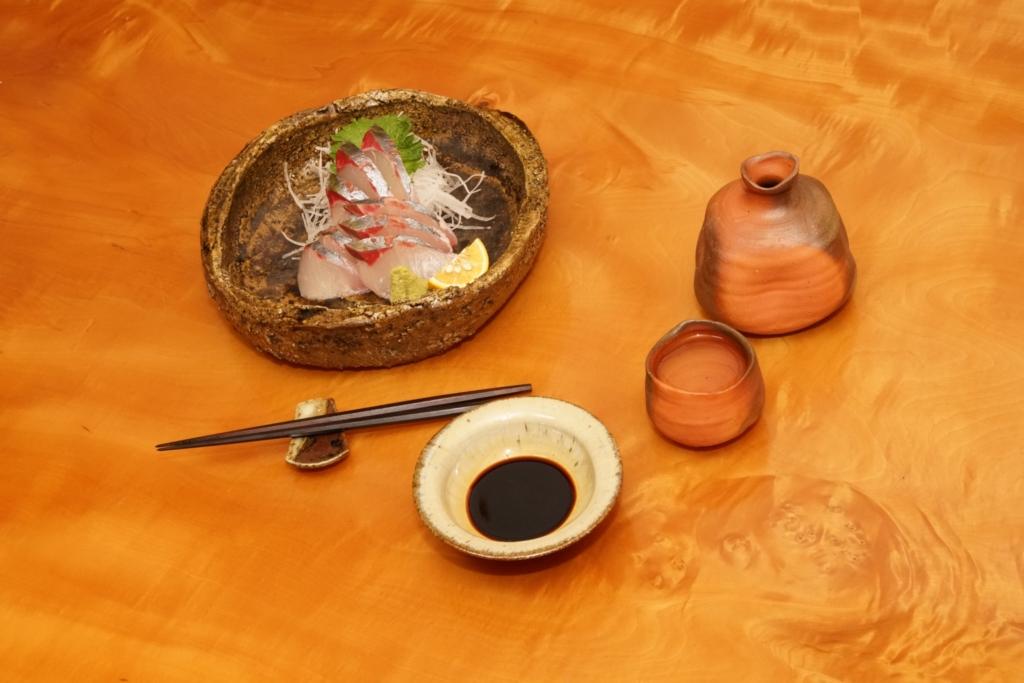 シマアジの刺身と酒器