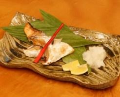 鮭カマの塩焼きの盛り付け