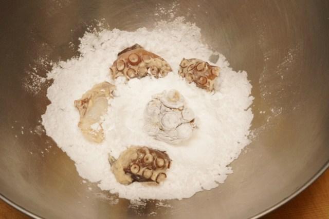 タコに下味をつけて片栗粉をまぶす