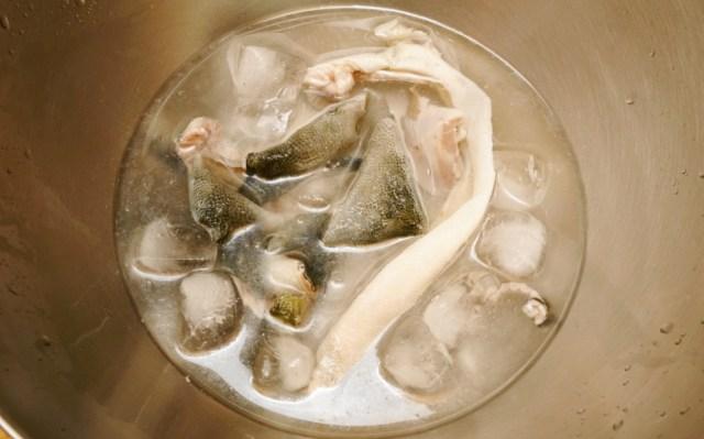 ブリの皮をサッと湯引いて冷水で〆る
