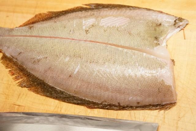 ヒラメの五枚下ろしは背骨の真ん中から切る