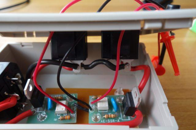 自作のACコンセントの中の回路構成の画像(zoom)。ラズパイでIO制御可能。
