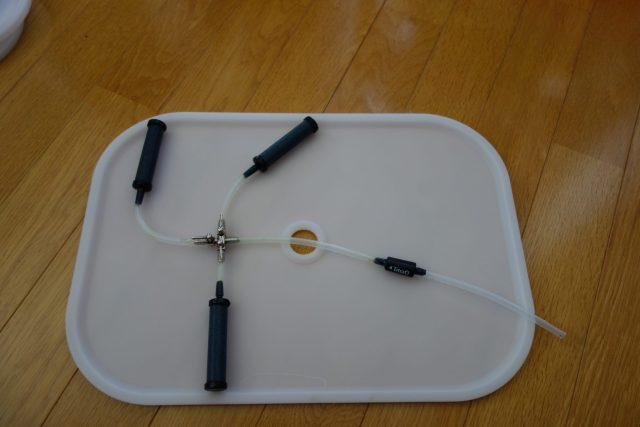 エアーポンプを分岐器具で分岐した様子。ニッソーの分岐を使用。