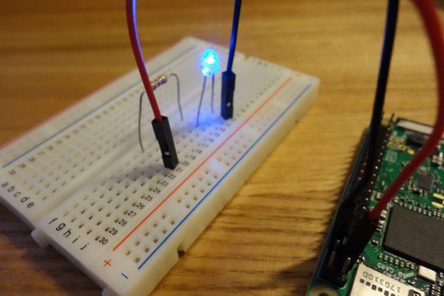 ラズペリーパイでLEDを制御している様子。GPIOを使用。
