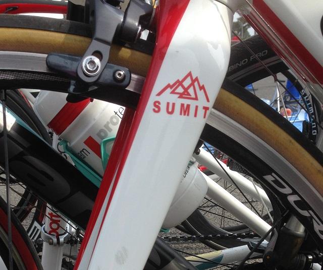 チームSUMITではレースに出る自転車に赤か青のSUMITマークを付けています。