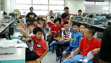 摄于2015年8月——教育好孩子本来就不是一件辛苦的事,用英语交流对我来说才是小障碍。两个月的教书生涯不是很轻松,一方面刚刚上手的知识马上就要传授给小孩,根本压力之余还有英语不流利,真的是一项挑战啊~我觉得新加坡的孩子很幸运,还有举办各种比赛让中小学生有机会接触机器人的软硬件与参与设计,打开我的眼界啊!