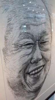 摄于2015年3月——从纯朴渔村到发达都市,居功至伟的新加坡开国功臣李总理,不幸地没能在合眼之前看到这个国土的五十周年国庆。深表遗憾之外,也让我加深认识了他的精神思想。虽然他的作风不是被很多其他领导人认同,但是如果新加坡没有他的强硬彪悍的政风,就没有今天新加坡的繁荣富裕。这幅画像是一个美术系学生的杰作,因这幅画红得新闻都在报道,IG的追随人很多。总理的死还触动了Amos Yee拍下幸灾乐祸的视频,也挺轰动全岛的。