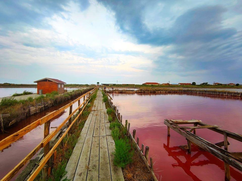 Бургаските солници с червен цвят на водата
