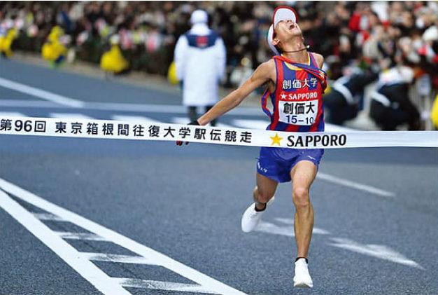 13年ぶりの区間新でチームに初のシード権をもたらした創価大10区の嶋津雄大は、失明の可能性のある目の障がいと闘いながら競技を続け小説家も志す