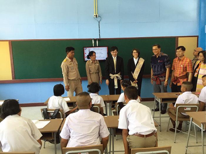 シーサケット県のワッタナー・プティチャート県知事、 バーンホンワーリー学校のタナソンポーン・マノーラット校長、在タイ日本国大使館から川村博司次席公使他、関係者が出席