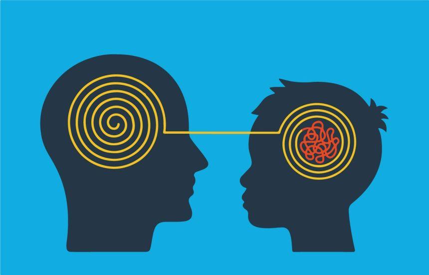 Adulto y niño que aprenden mediante un conocimiento compartido