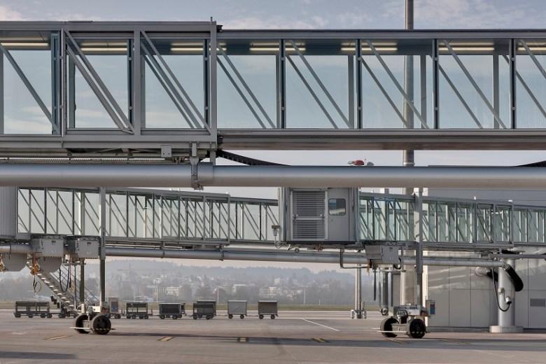 tkE_passenger_boarding_bridge_Zurich_Airport