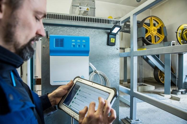MAX  Projekt: Wartung von Thyssen Krupp Aufzügen in Biberach, bei Ulm.mit den Technikern  Ralf Stocker (Arbeitskombi) und Uwe Jaschke ( MAX Projekt-techniker,hellbau)