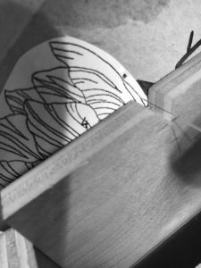 Cutting a marquetry flower using the mini-chevalet