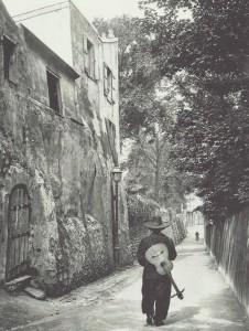 1910_chansonnier-in-rue-staint-vincent-in-paris-by-neurdein-226x300