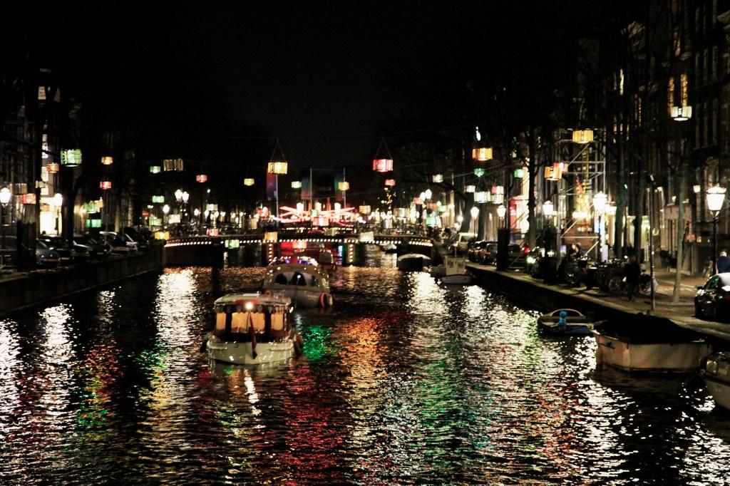 Ouderwets Amsterdam is altijd mooi verlicht.