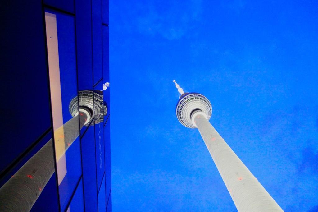 De Fernsehturm in de avond