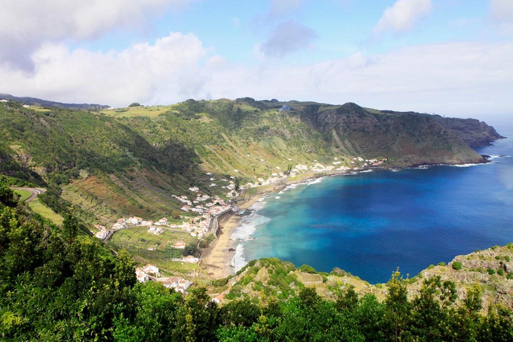 De kustlijn van Santa Maria in de Azoren